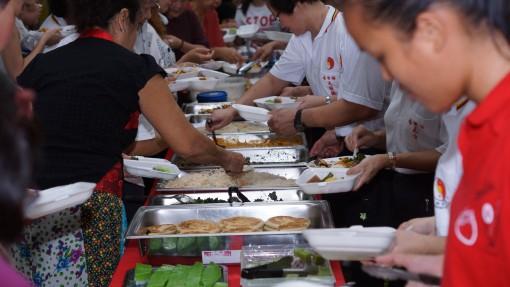 大家一起享用素食佳肴及品尝多种类的月饼。