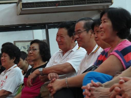 大家都被表演者逗的满面笑容。