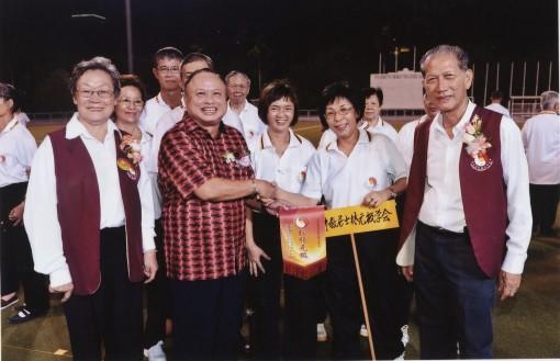 主宾南市市长拿督曾长青颁发锦旗给本林元极单位。