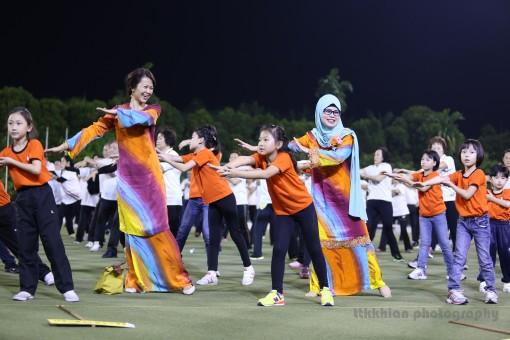 主宾拿督花蒂玛陈赛明及元极大汇演联合筹委主席张丽茱市议员与小朋友们一起跳元极舞。